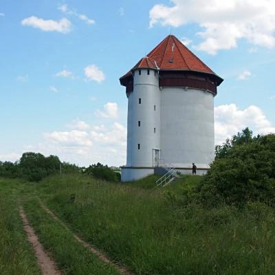 Wieża kompensacyjna. Podczas II WŚ Niemcy zorganizowali tu stanowisko ogniowe, a zaopatrzenie docierało osuszonym rurociągiem.