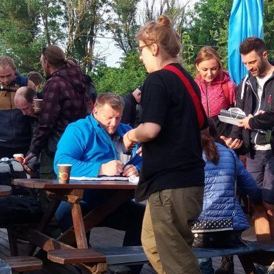 Organizator rajdu Jarosław Kłodziński rejestruje przybyłe zespoły