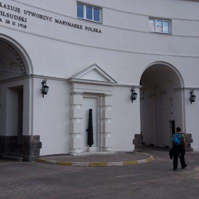 Trzy Bramy - to nazwa budynku przez który prowadzi wejście do Komendy Portu Wojennego w Gdyni