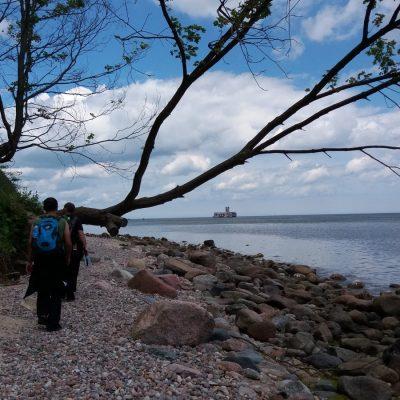 Babie Doły - plaża, w tle torpedownia