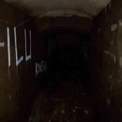 Wnętrze przeciwlotniczego schronu szczelinowego