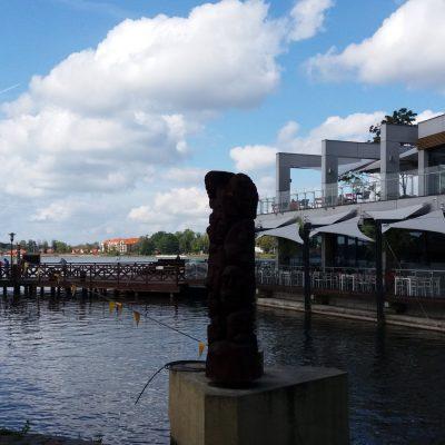 Natura i nowoczesność charakteryzuje Ostródę. Na drugim planie widoczny wyciąg nart wodnych.