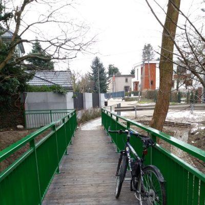 Na mostku nad Kaczą w ciągu ulicy Szyprów.
