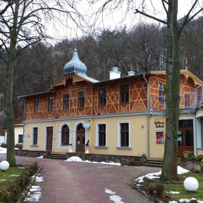 Gdynia Orłowo - zabytkowy budynek Liceum Sztuk Plastycznych. Obiekt powstał w XIX w. jako zajazd letni Adlera.