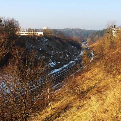 Biegąca w wykopie linia kolejowa 201 w okolicy ul. Strzelców. Tory stanowią granicę między Karwinami a Małym Kackiem.