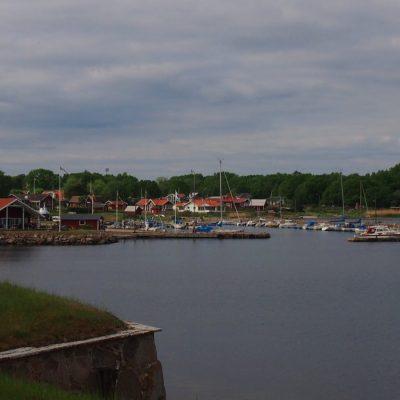 Widok z bastionu Fortu Drottningskar na przysta�