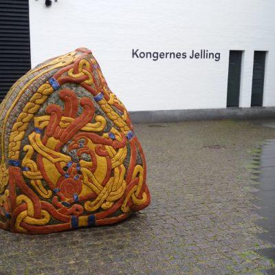Kamieńruniczny wykonany przez Erika Sandquista w latach 2003-2004 został ustawiony przy muzeum Dom Królów w Jelling.