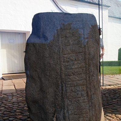 Kamień Gorma. Zapisano na nim: Król Gorm postawił ten pomnik dla swojej żony Thyry, pani Danii.