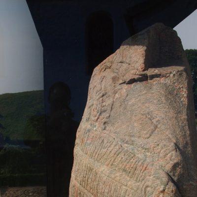 Kamień Haralda. Wyryto na nim tekst: Król Harald zlecił wykonanie tego pomnika dla swego ojca Gorma i swojej matki Thyry. Ten Harald, który podbił całą Danię i Norwegię i uczynił Duńczyków chrześcijanami.