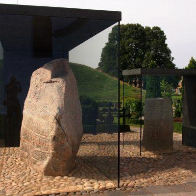 Konstrukcja z brązu ma symbolizować dłonie, które chronią cenne kamienie runiczne.
